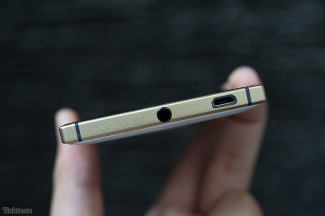 Выход для наушников и USB Lumia 830 Gold Edition